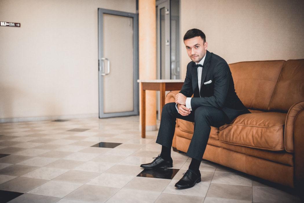 Pan Młody w holu Hotelu Borowianka
