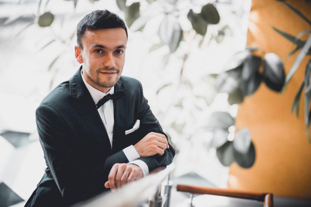 Pan Młody na schodach w Hotelu Borowianka