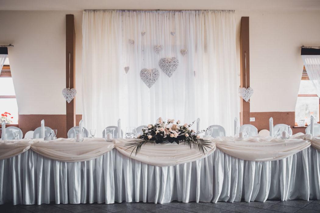 Hotel Borowianka zastawiony stół na sali balowej miejsce Pary Młodej