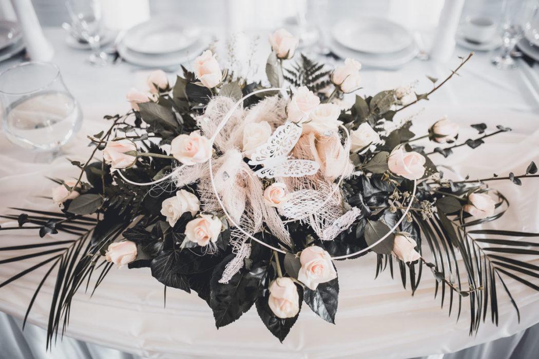 Hotel Borowianka zastawiony stół na sali balowej kwiaty