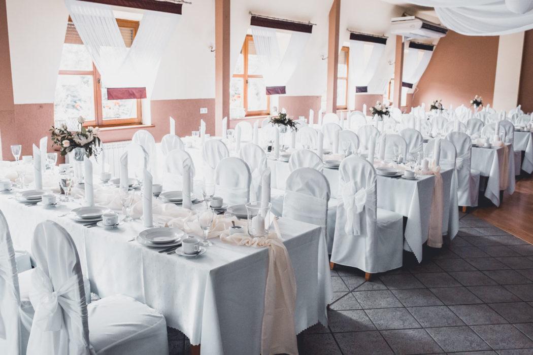 Hotel Borowianka zastawiony stół na sali balowej