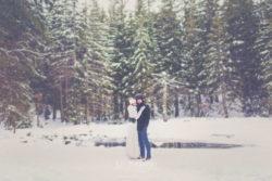Plener ślubny w śniegu przy dzikim wodospadzie w Karpaczu