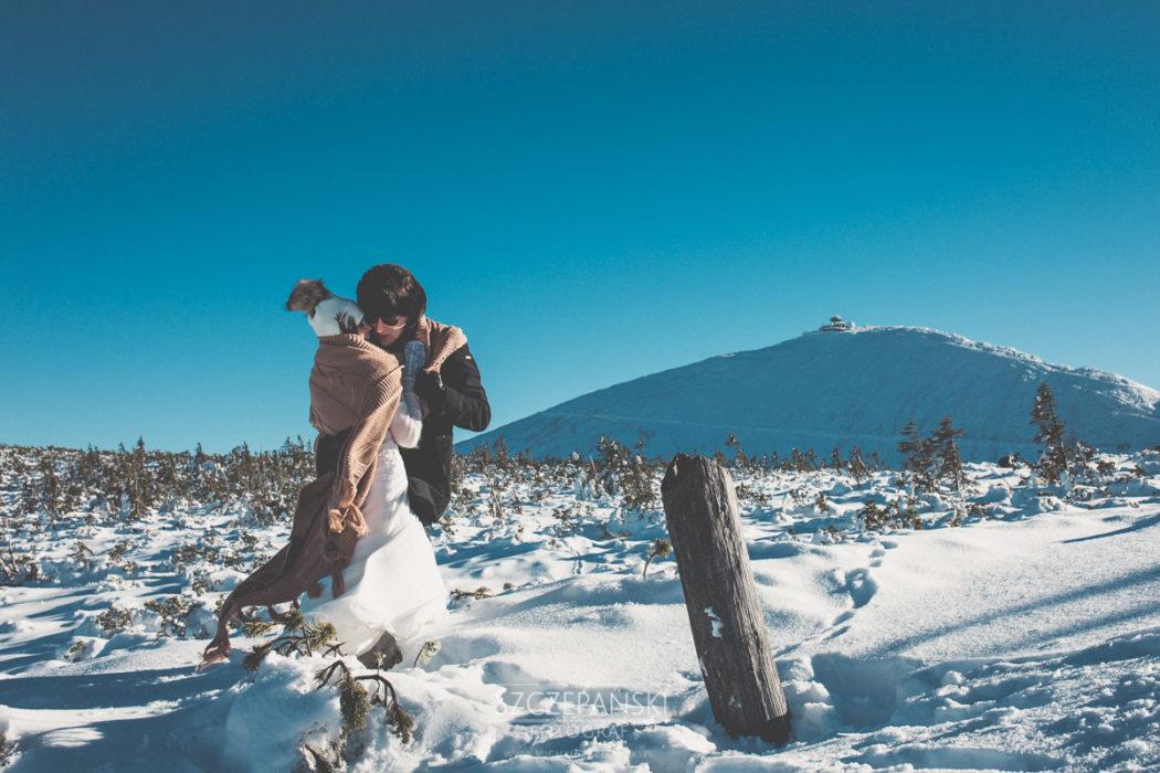 Para Młoda na Górze Kopa, w tle Śnieżka