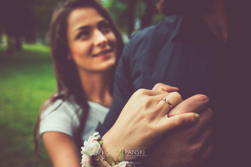 Sesja narzeczeńska - pierścionek zaręczynowy