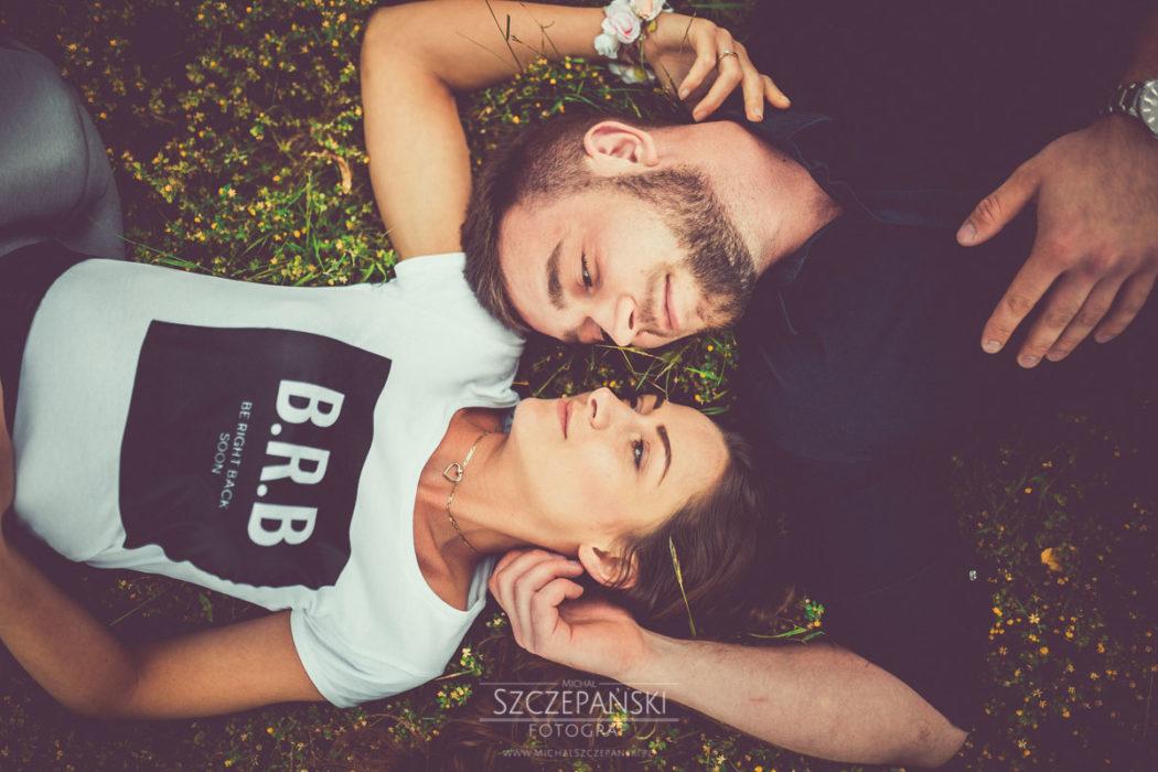 Sesja narzeczeńska - portret na trawie