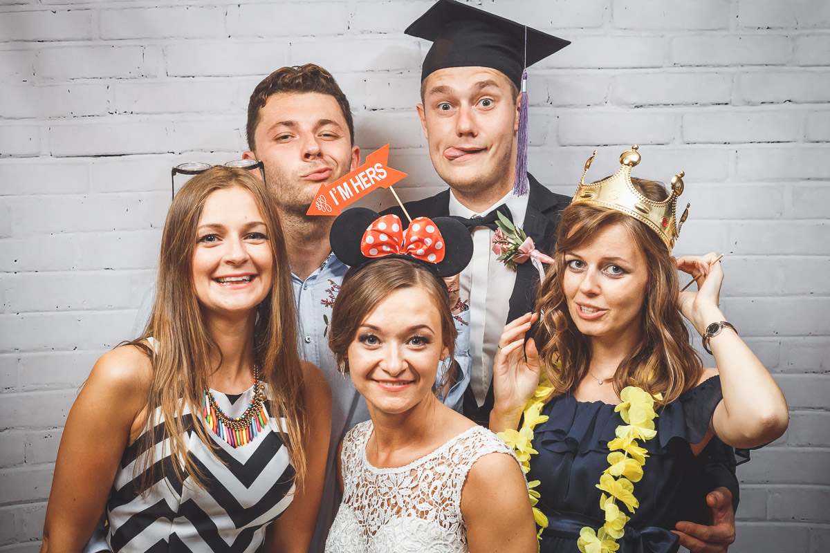 Fotościanka z gadżetami na przyjęciu weselnym