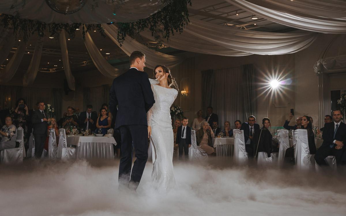 Hotel Maxim Stawiszyn - para młoda wpatrzona w siebie podczas pierwszego tańca w dymie.