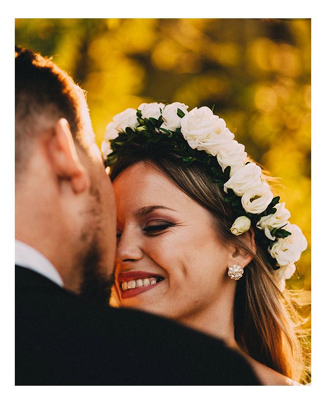 Pani Młoda uśmiecha się do męża