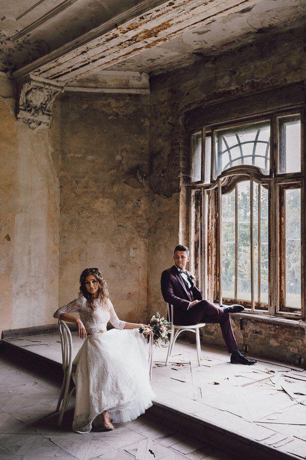 Para młoda siedzi na krzesłach przy wielkim oknie w Pałacu Krowiarki