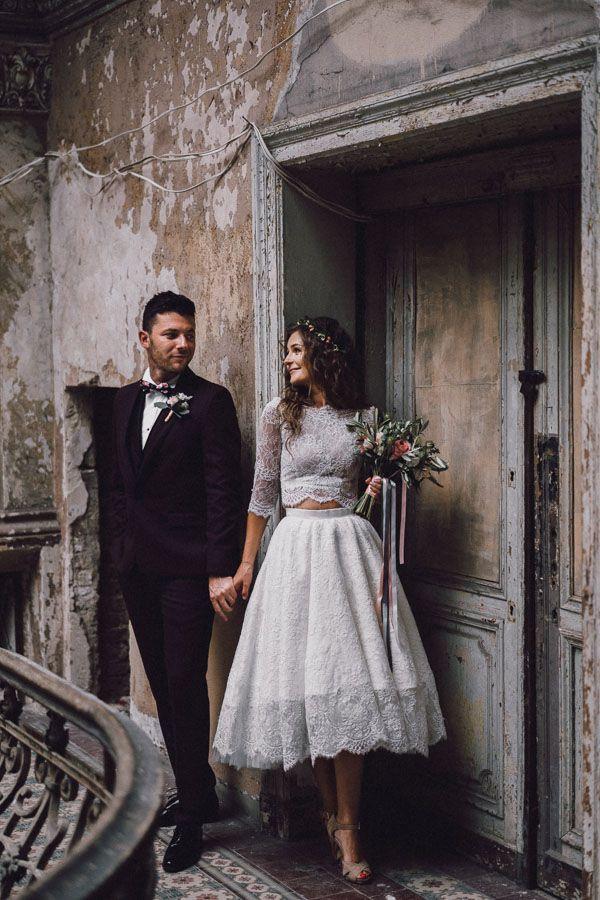 Para młoda stoi przy ścianie i trzyma się za ręce w Pałacu Krowiarki