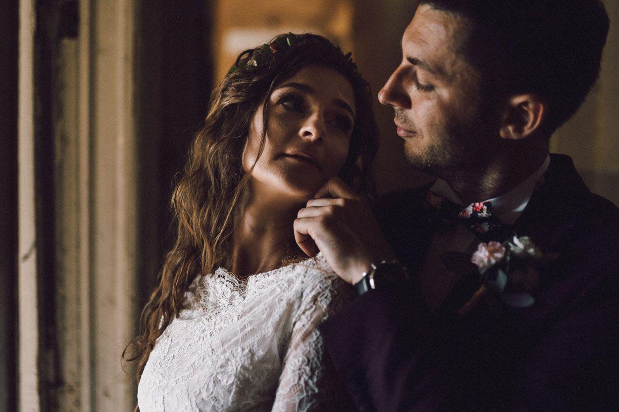 Pani młoda patrzy na męża a on dotyka jej policzka