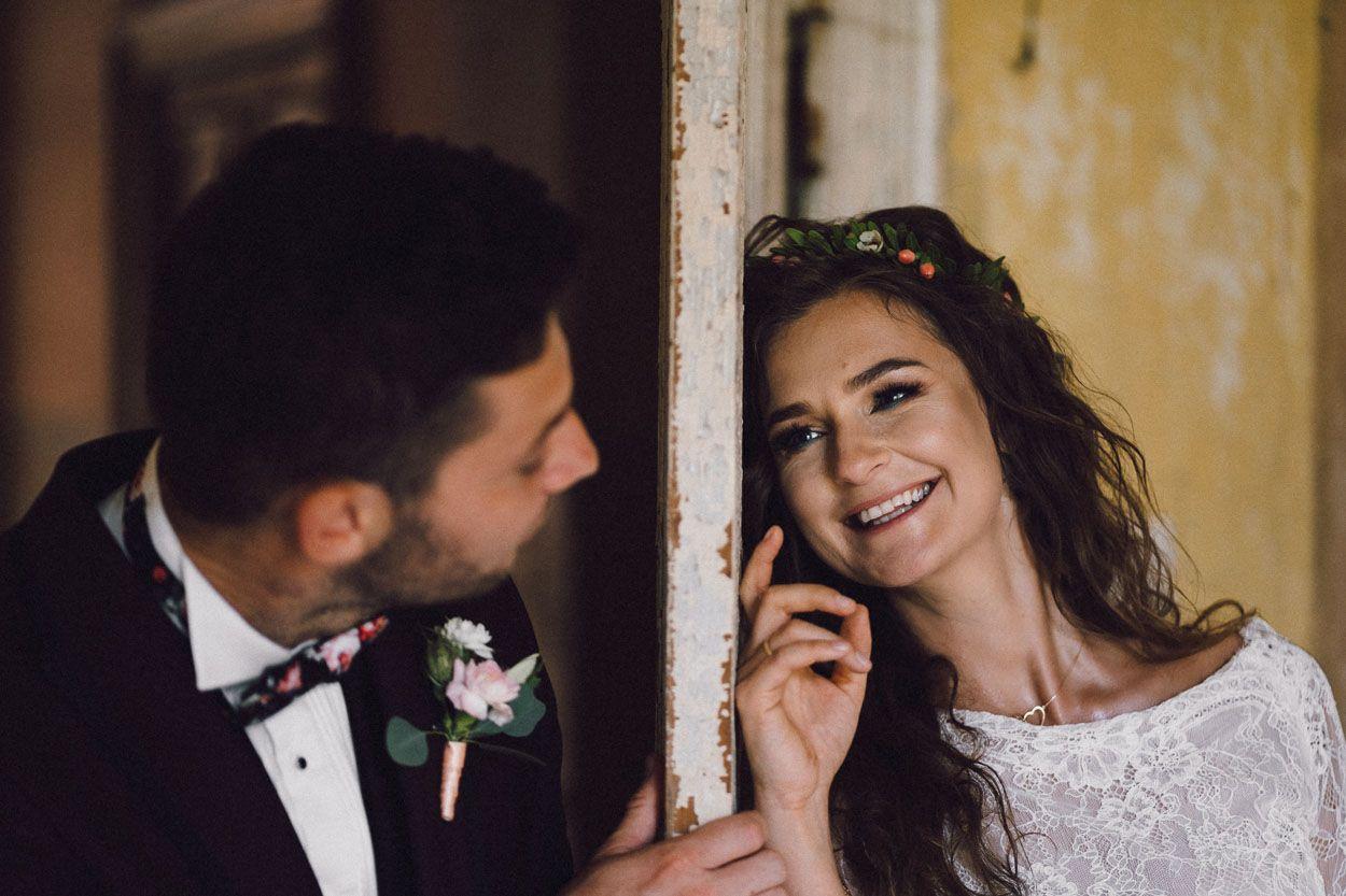 Pan młody patrzy na żonę, ona uśmiecha się do niego