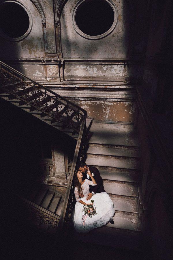wtulona w siebie para młoda siedząca na schodach Pałacu Krowiarki