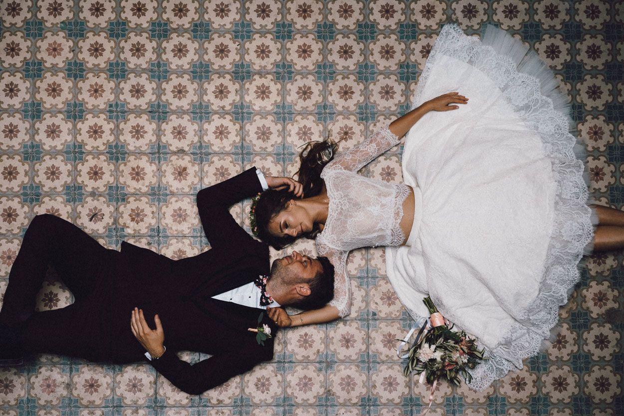 Para młoda lezy na dekoracyjnej podłodze w Pałacu Krowiarki