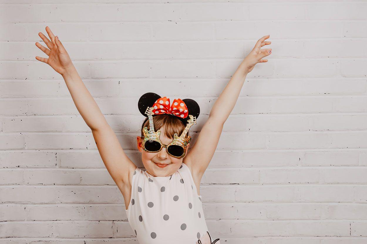 portret radosnej dziewczynki na fotościance