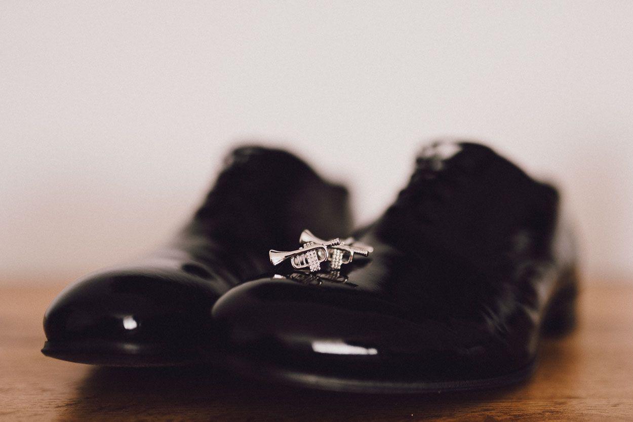 Leżące na butach Pana Młodego spinki do koszuli