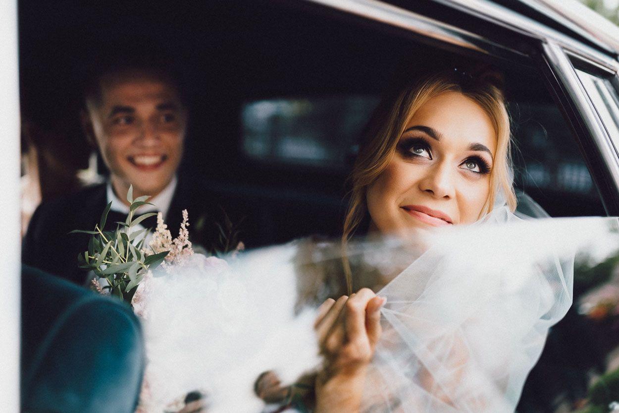 Dobry fotograf ślubny Pani Młoda po raz ostatni przed odjazdem patrzy na rodzinny dom