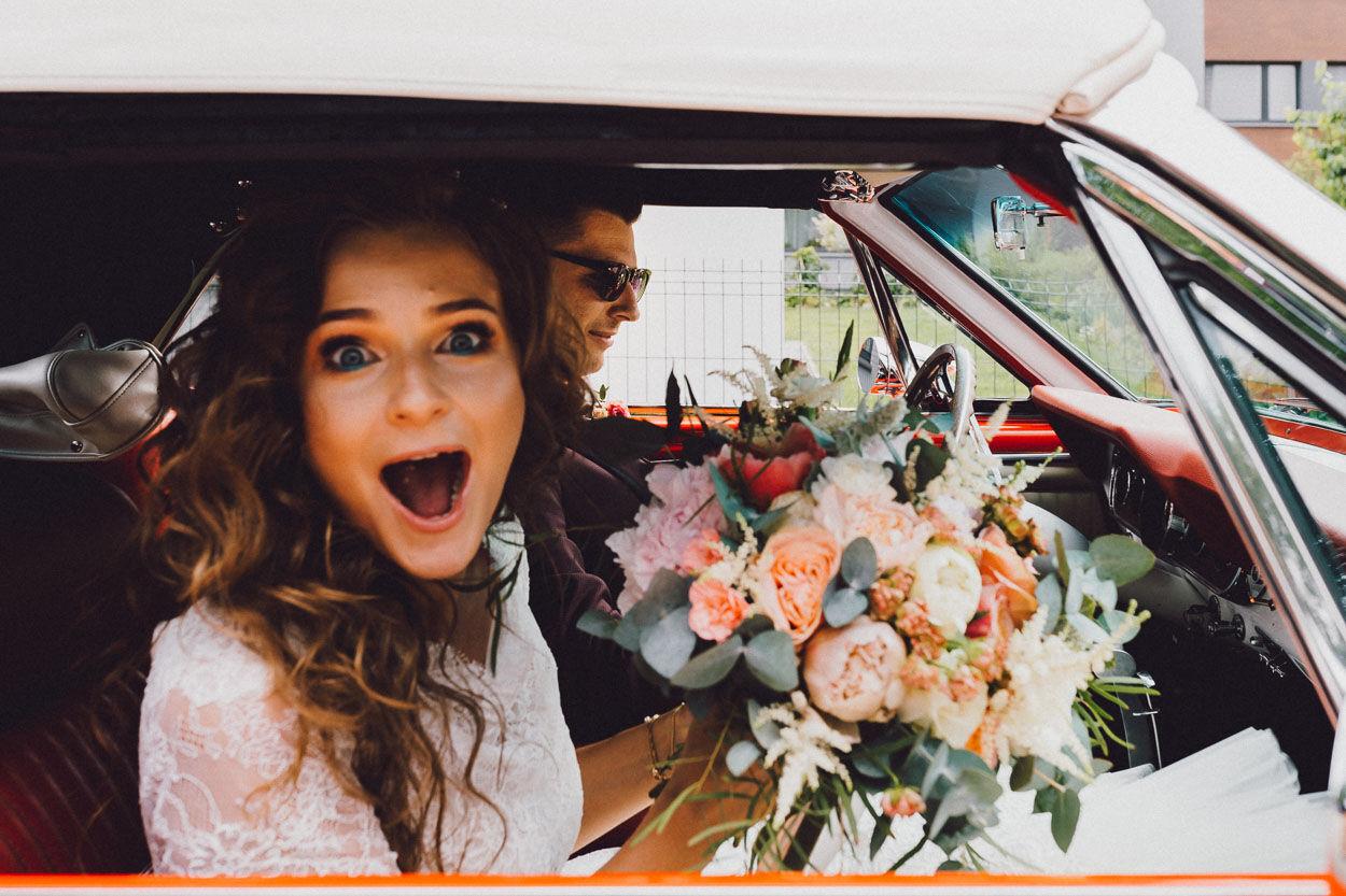 Pani Młoda z Panem Młodym w samochodzie