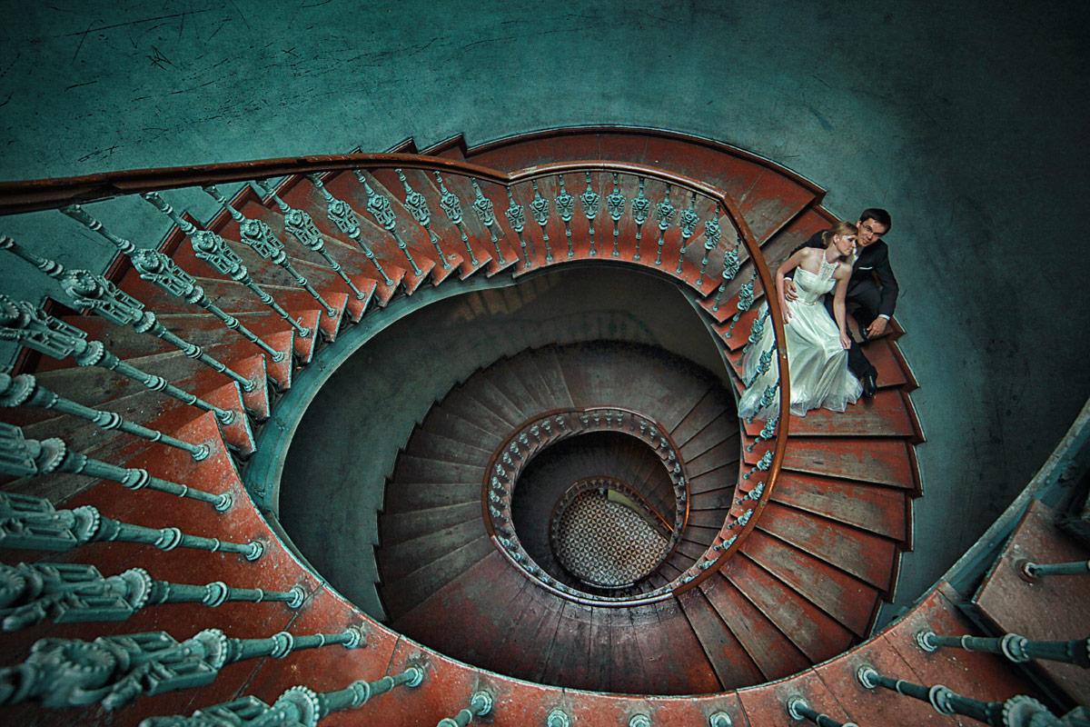 Plener ślubny we Wrocławiu schody w kamienicy