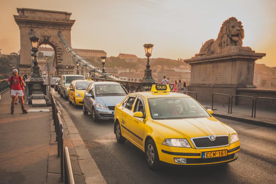 Wczasy w Chorwacji - żółte taksówki na moście łańcuchowym w Budapeszcie