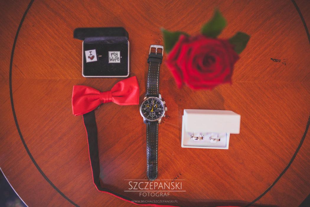 Przygotowania ślubne zegarek, spinki, mucha, obrączki