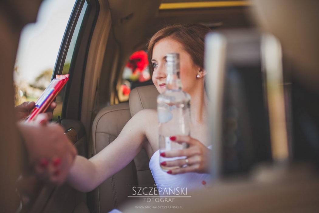 brama ślubna na drodze