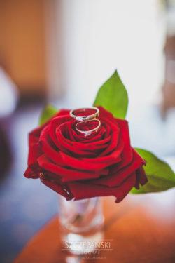 Detale ślubne obrączki na róży