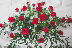 Detale ślubne czerwone róże z bukietu ślubnego