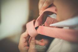 Detale ślubne wiązanie krawata przez Pana Młodego