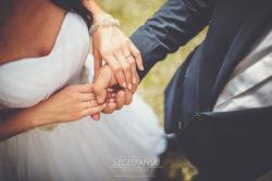Detale ślubne dłonie z obrączkami Pary Młodej