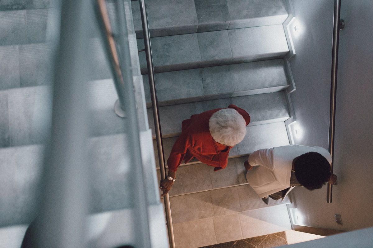 Goście weselni schodzący po schodach w Domu Weselnym Eden