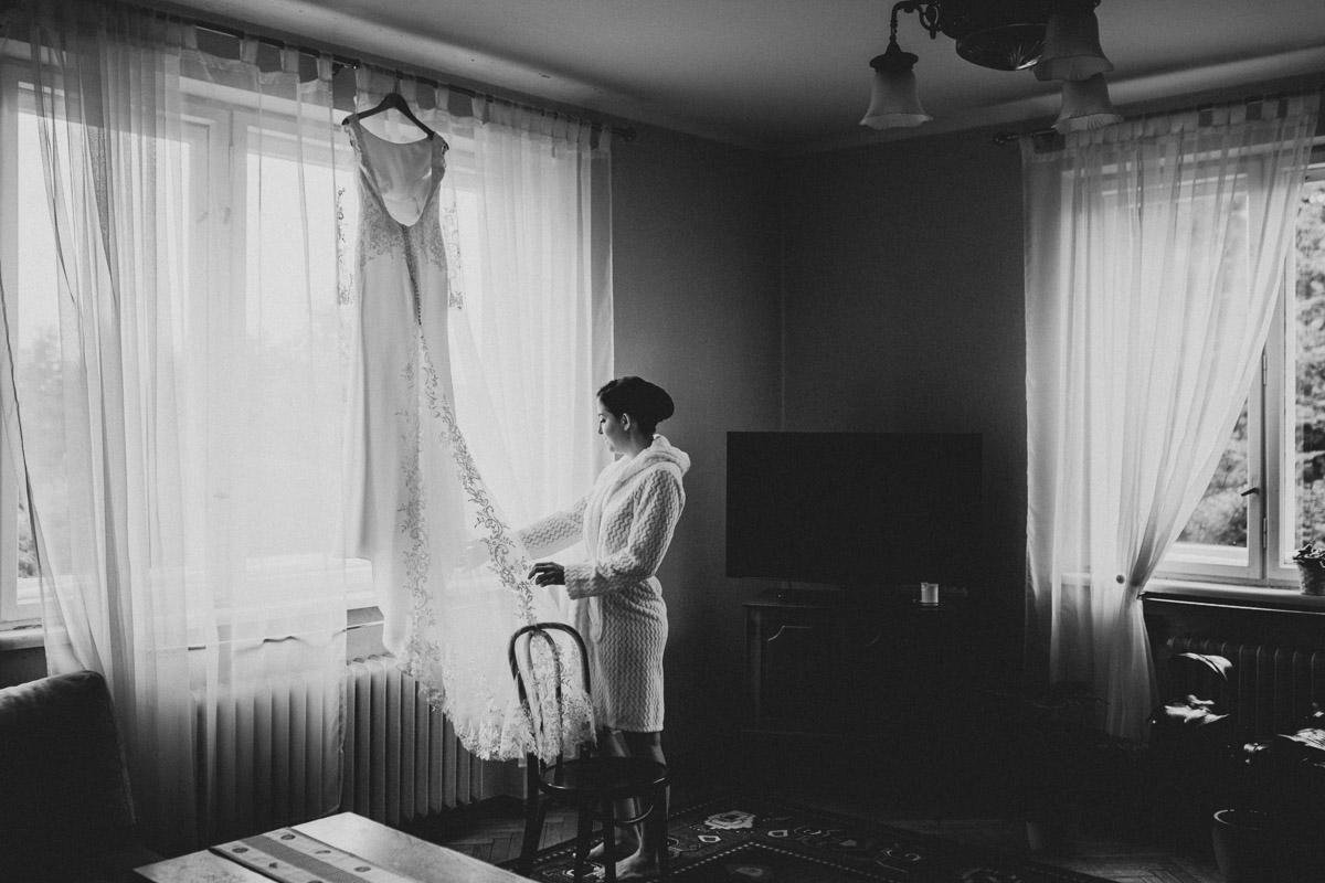 Pani Młoda ogląda suknię ślubną
