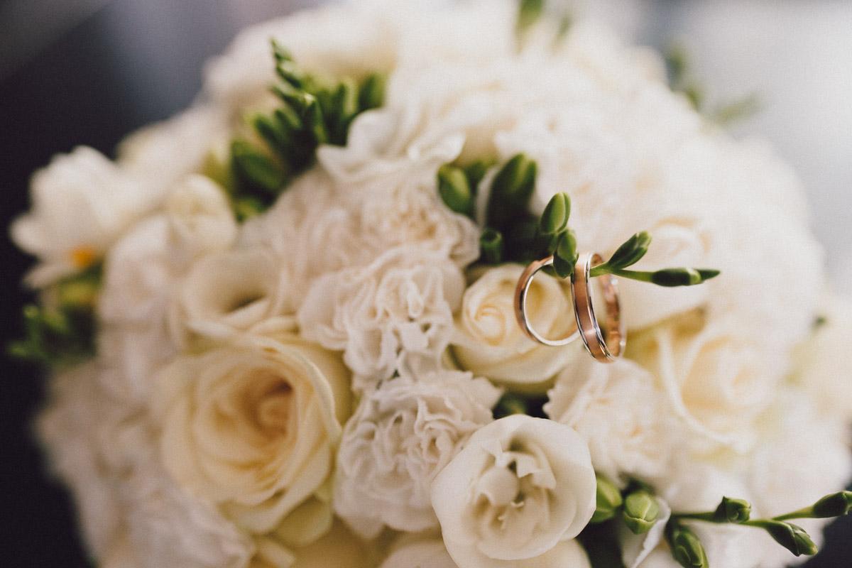 Weselny bukiet kwiatów z obrączkami