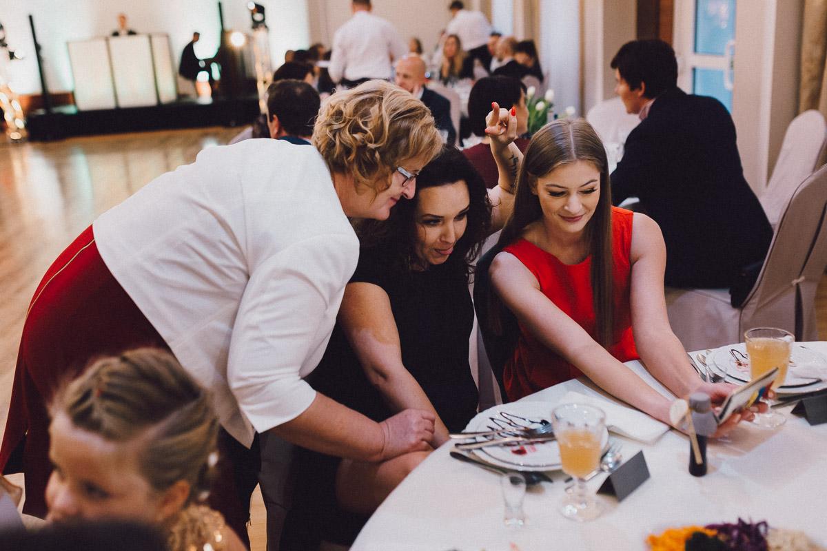 Dom weselny Eden - goście przy stoliku