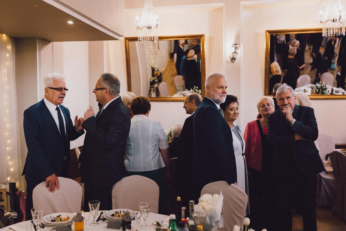 Goście weselni w trakcie rozmów na sali balowej domu weselnego Eden