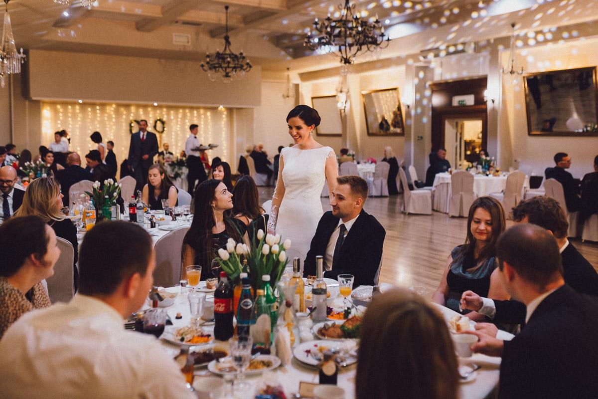 Dom weselny Eden Pani Młoda wśród gości weselnych