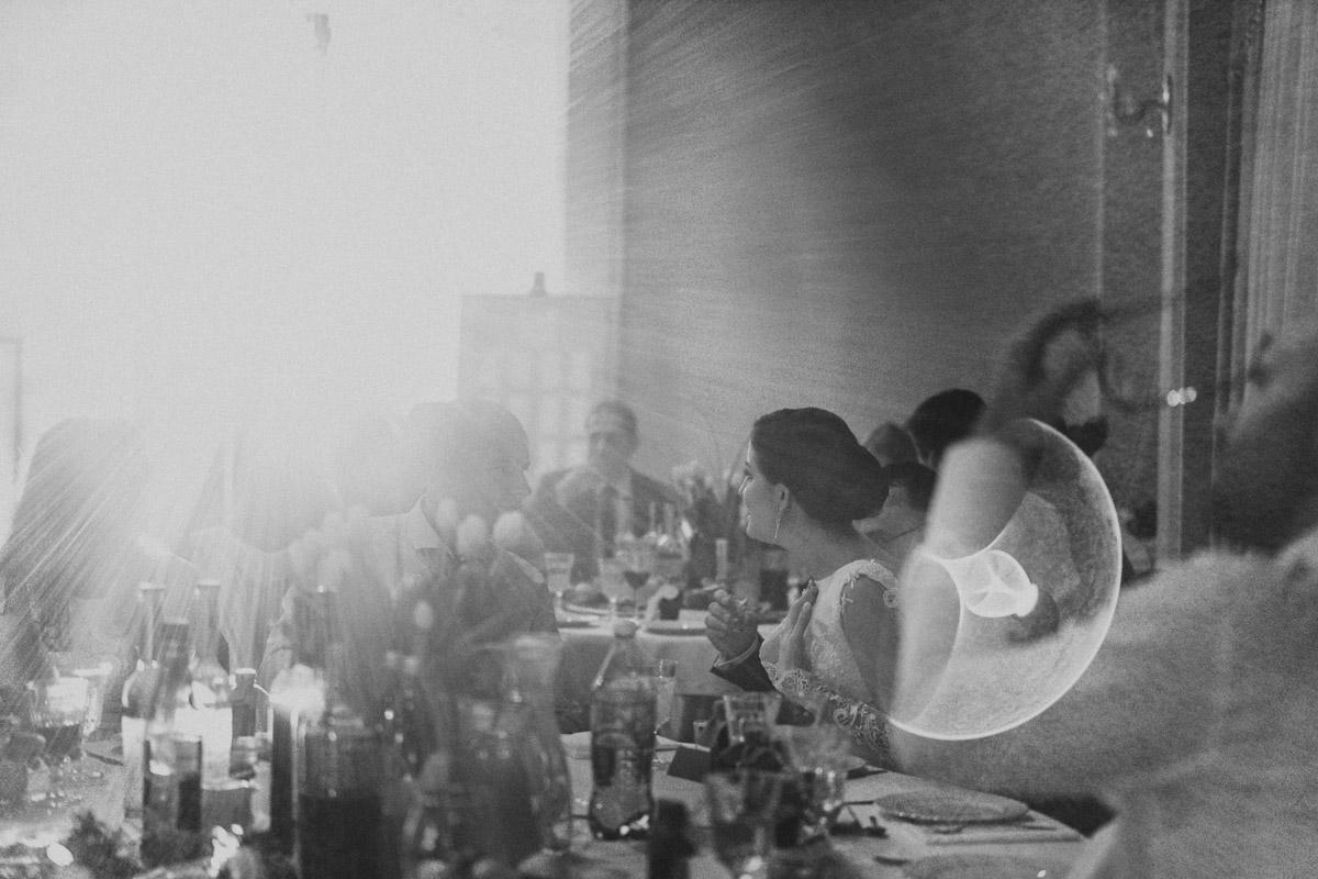 Pani młoda przy stole na sali balowej Domu Weselnego Eden