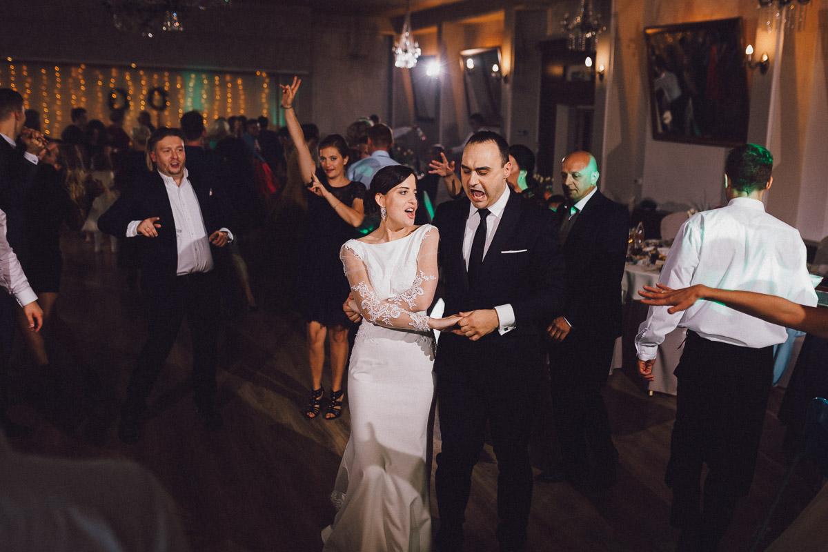 Para Młoda tańcząca na sali balowej Domu Weselnego Eden