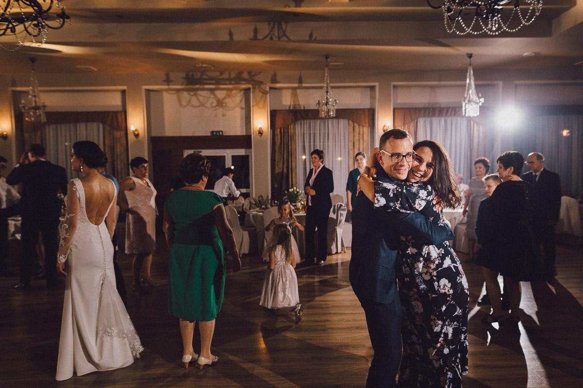 Goście w trakcie tańca na weselu w Petrykach