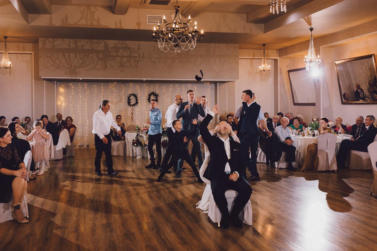 Oczepiny weselne na sali balowej