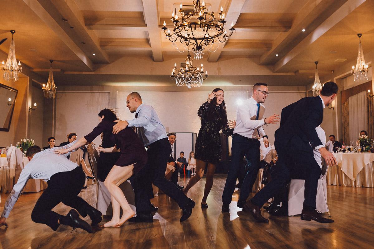 Goście bawiący się na weselu na sali balowej Domu Weselnego Eden
