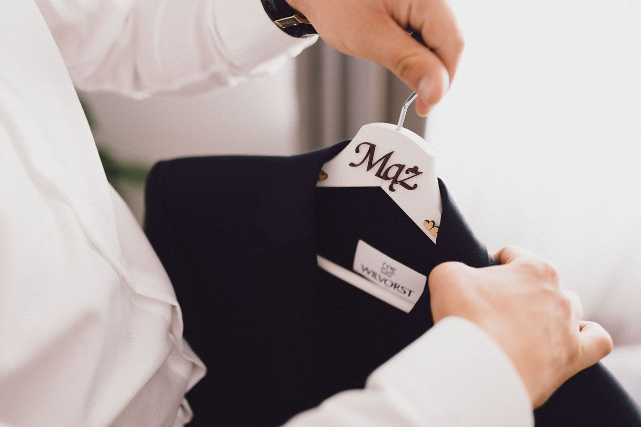 Wieszak ślubny z garniturem Pana Młodego