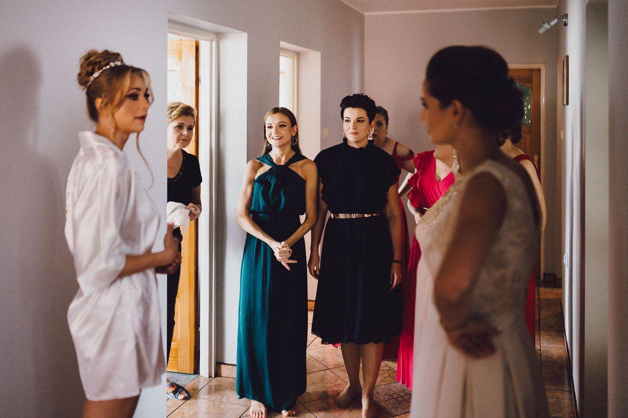 Pani Młoda z koleżankami podczas przygotowań ślubnych