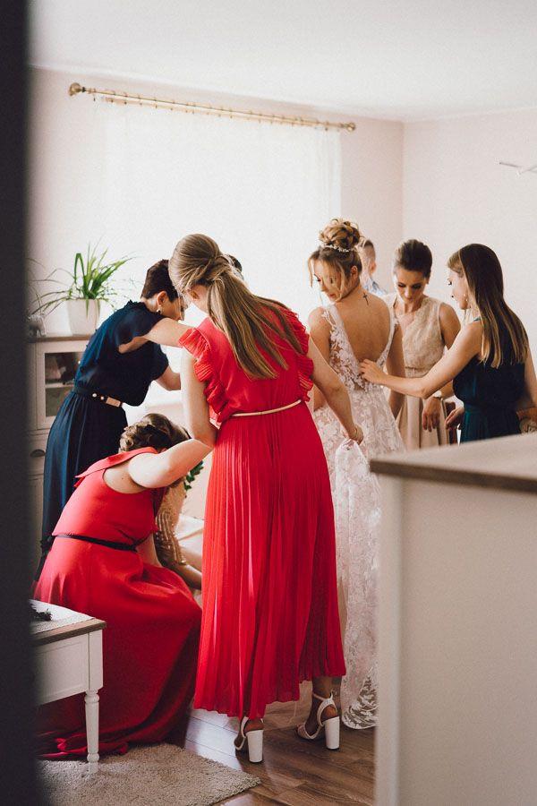 Koleżanki pomagają ubierać suknię Pani Młodej