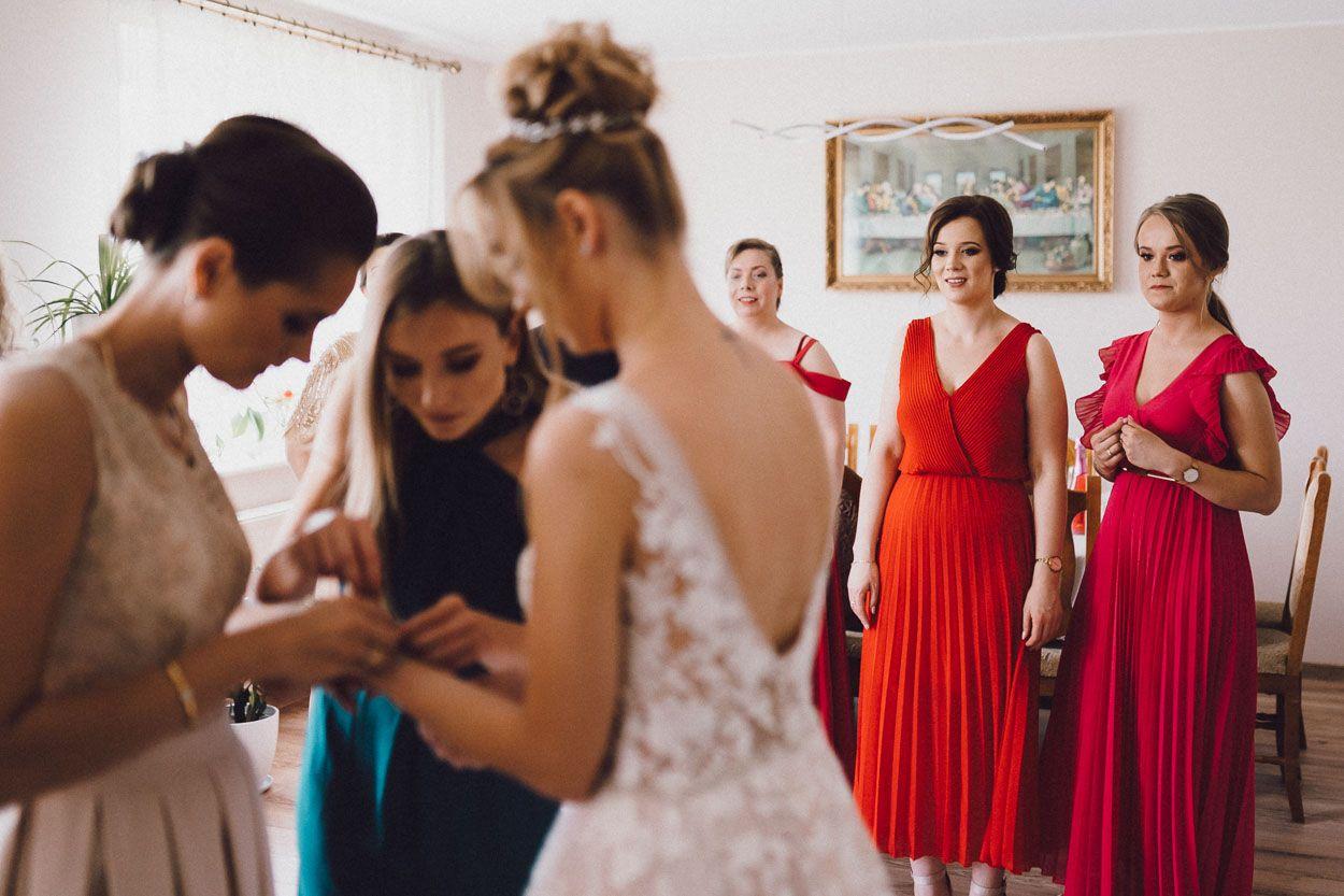 Dobry fotograf ślubny Koleżanki pomagają Pani Młodej zakładać bransoletkę