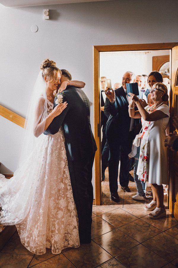 Para Młoda przytula się, a goście robią zdjęcia