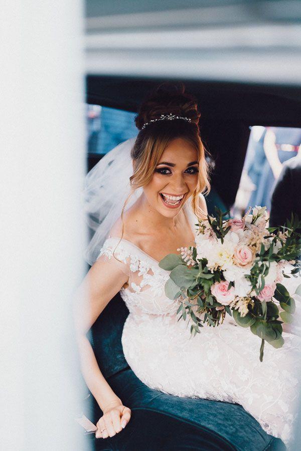 Uśmiechnięta Pani Młoda w samochodzie ślubnym