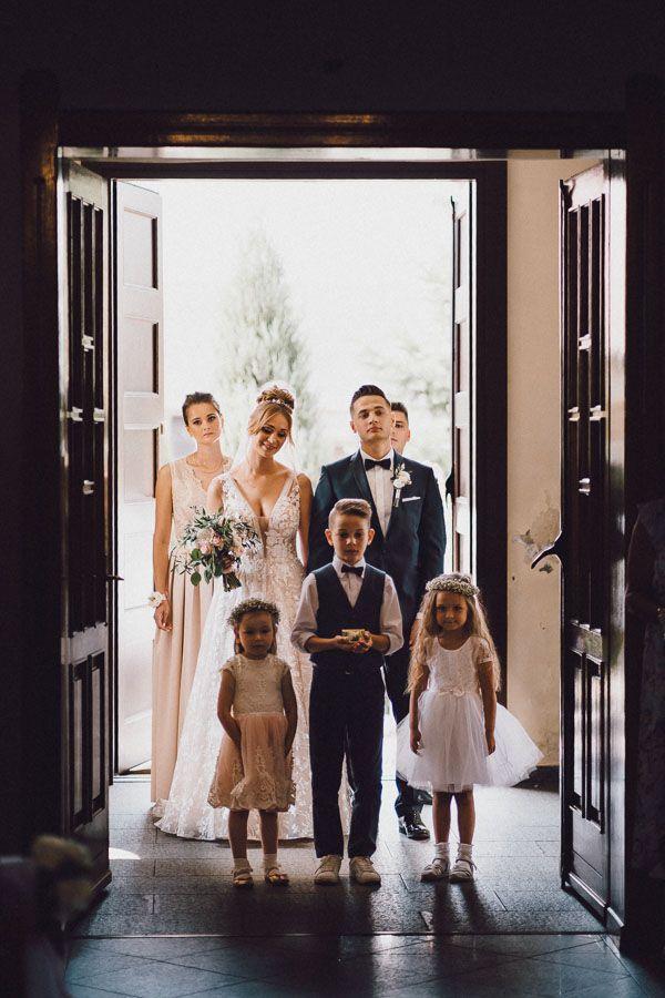 Wejście Pary do kościoła na ceremonię zaślubin