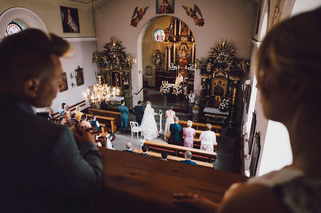 Widok na Parę Młodą i ołtarz z chóru kościelnego