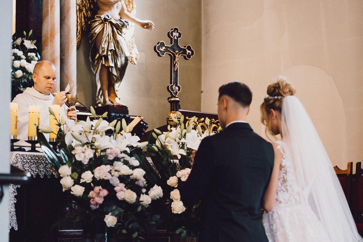 Para młoda stoi przed ołtarzem